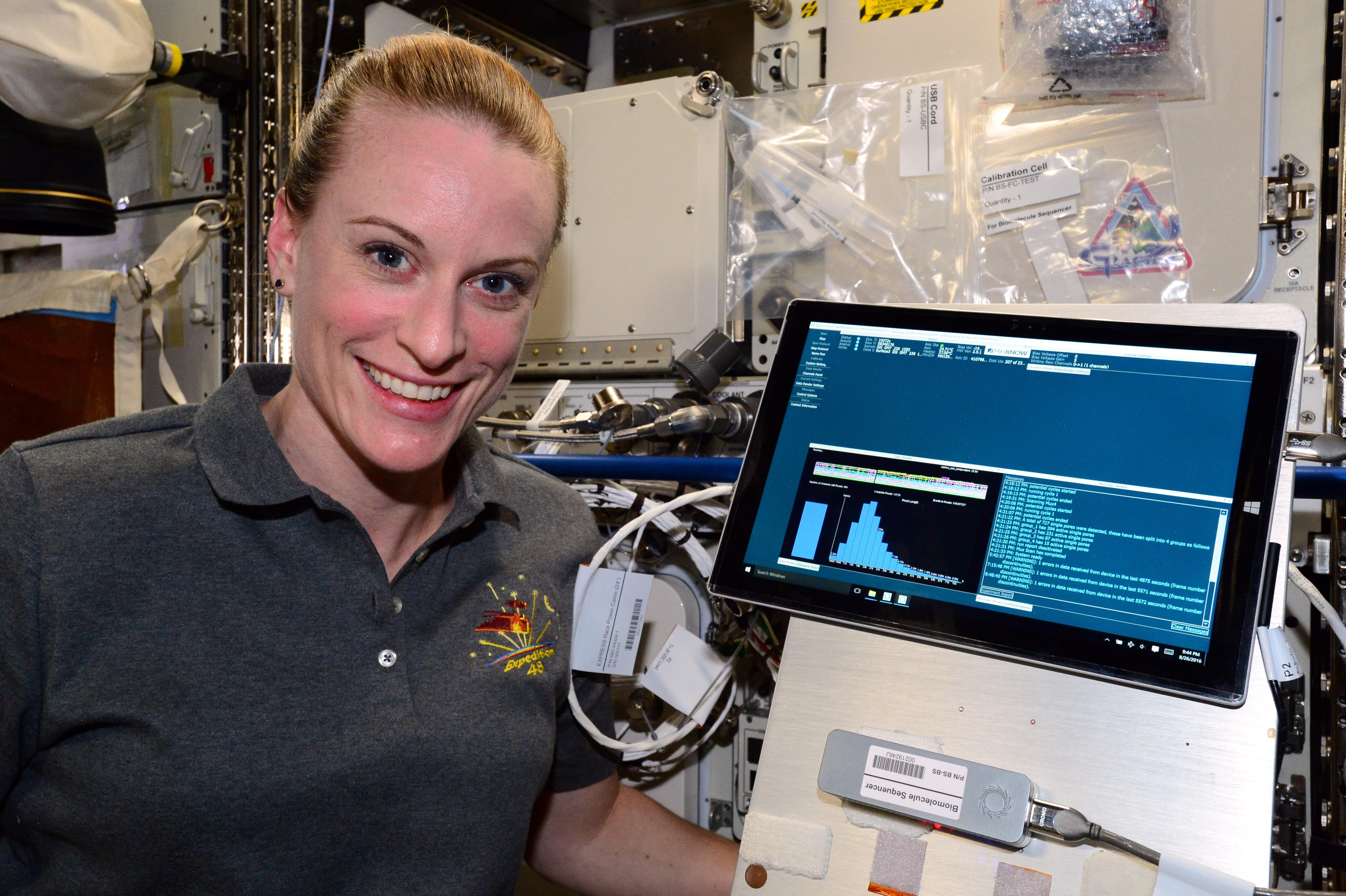 Astronautka Kate Rubins při čtení DNA na oběžné dráze. Kredit: NASA.