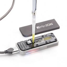 DNA sekvenátor firmy Oxford Nanopore (MinION) je napájen přímo přes USB port počítače, kde probíhá analýza DNA sekvencí. Kredit: Oxford Nanopore Technologies