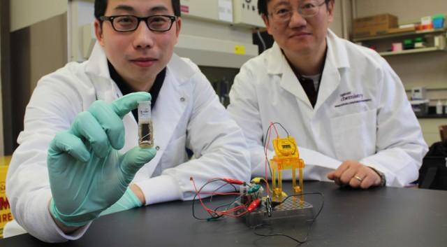 Y.H. Percival Zhang (vpravo) zVirginia Tech institutu aZhiguang Zhu předvádějí svou novou