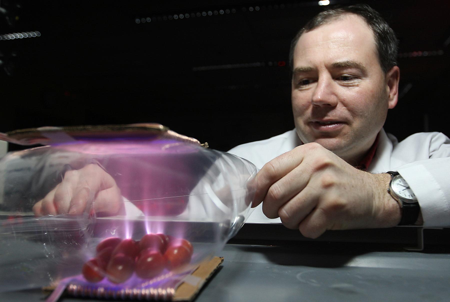 Kevin Keener sterilizuje chladnou plazmou. Kredit: Purdue University, Tom Campbell.
